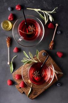 ガラスのマグカップの上面図でセージと蜂蜜とホットラズベリーティー