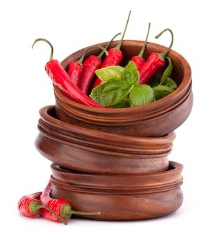Горячий красный перец чили или перец чили в стеке деревянных мисок, изолированные на белом фоне вырез