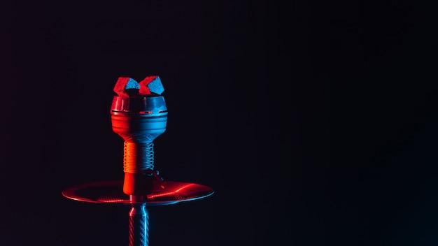 Горячие красные угли для кальяна кальяна в металлической чаше на черном фоне с копией пространства