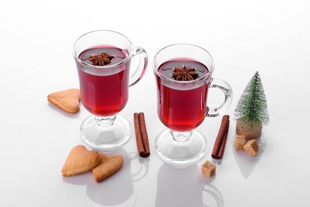 크리스마스 향신료와 쇼트 케이크와 흰색 배경에 고립 된 뜨거운 레드 mulled 와인
