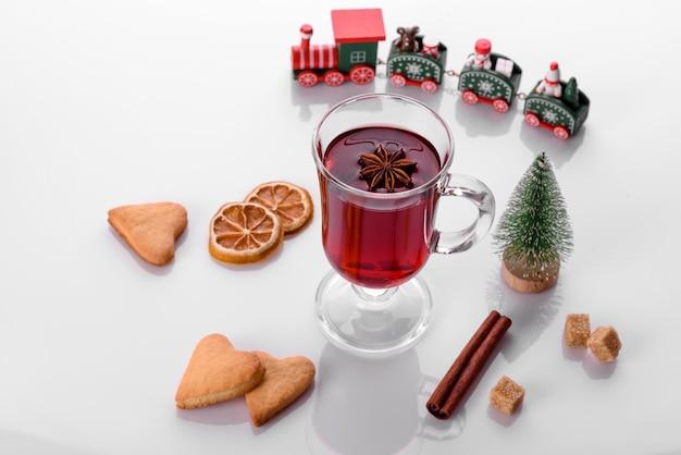 크리스마스 향신료와 흰색 배경에 고립 된 뜨거운 레드 mulled 와인