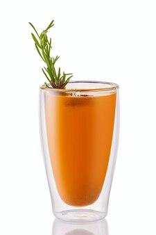 화이트 절연 로즈마리와 뜨거운 바다 갈매 나무속 겨울 음료