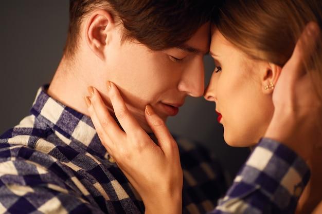 Горячая сексуальная пара в любви близко друг к другу. эротическая поза. целоваться и обниматься.
