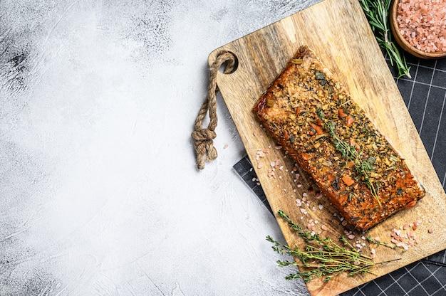 Филе лосося горячего копчения на разделочной доске