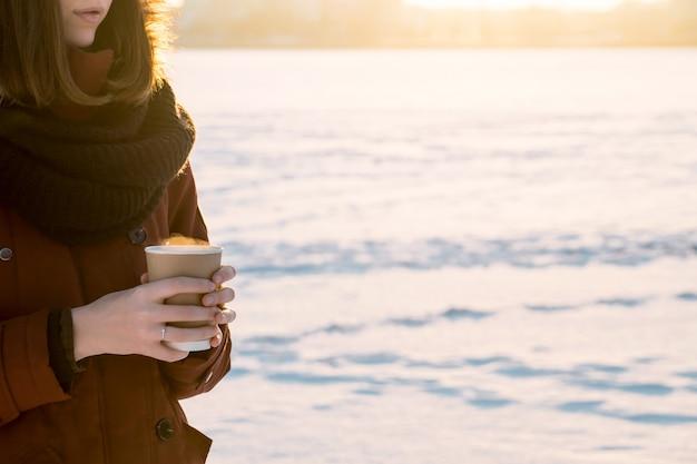 雪の降る寒い冬の日に熱い蒸し飲み物