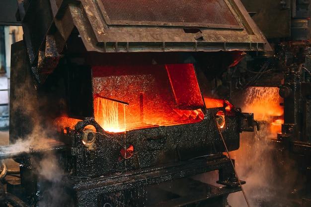 제철소 컨베이어의 핫 스틸