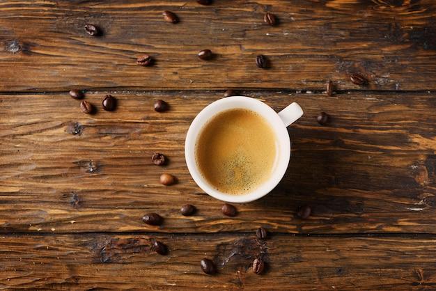 木製のテーブル、セレクティブフォーカスの熱い濃いコーヒー