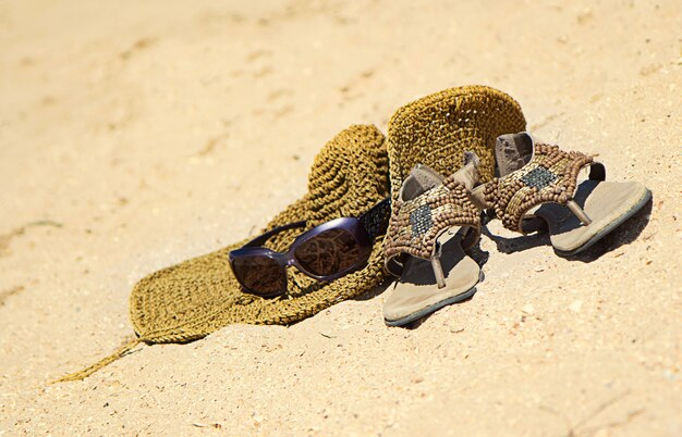 Концепция жаркого лета на песчаном пляже с аксессуарами