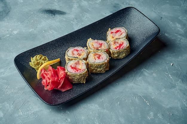 タイガーシュリンプとトビコキャビアの天ぷら巻き寿司