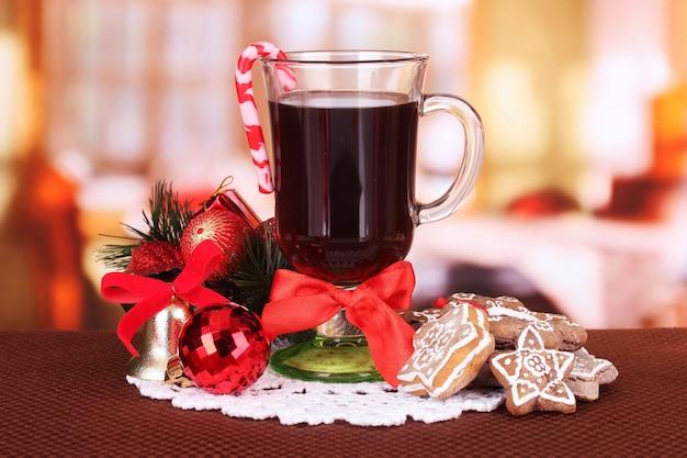 밝은 배경에 크리스마스 사탕과 기타 장식이 있는 뜨거운 맛있는 음료