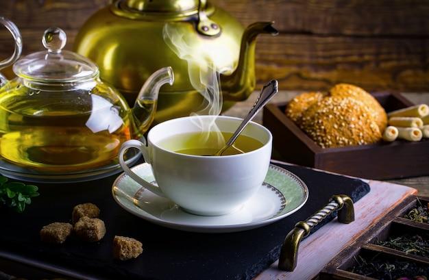 熱いお茶と芳香のスパイス組成