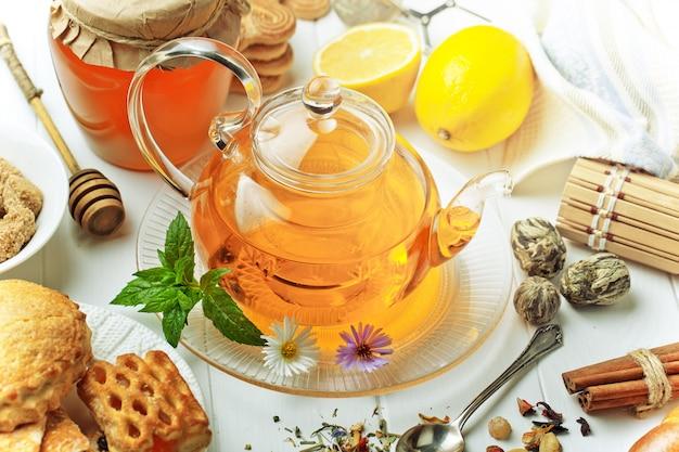 Горячий чай в чашке на белой предпосылке.