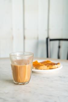 테이블에 뜨거운 태국 우유 차 유리