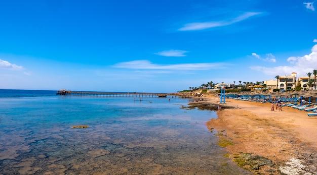 暖かい海と暑い熱帯の海辺