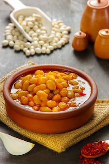 おいしいトマトソースがけたトルコの豆のシチュー