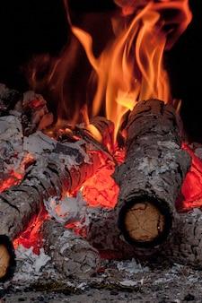 Горячие яркие горящие березовые бревна в камине в холодный зимний день