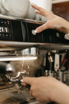 커피 숍에서 에스프레소 머신의 뜨거운 물