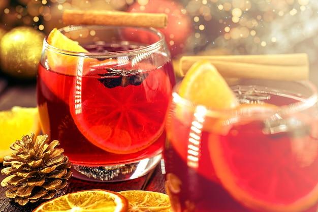 따뜻한 겨울 음료, 밝은 색상과 조명이 있는 크리스마스 와인. mulled wine으로 알려진 스페인 샹그리아
