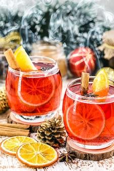 따뜻한 겨울 음료, 따뜻한 크리스마스 와인, 계피 음료, 스페인 상그리아, glogg 및 glã¼hwein