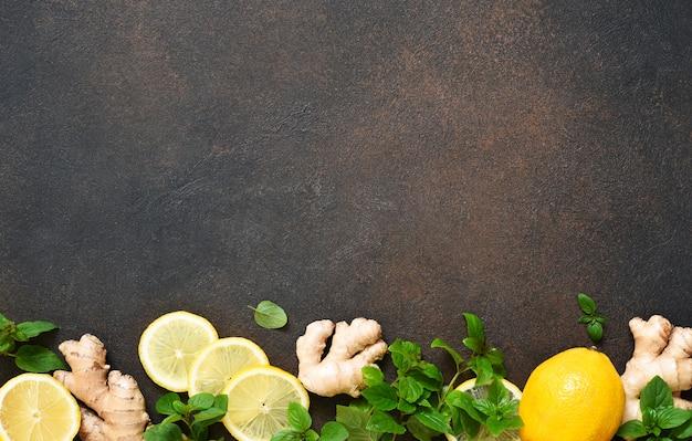 暑い冬の飲み物。レモン、ハチミツ、ミントのお茶。お茶を作るための材料。
