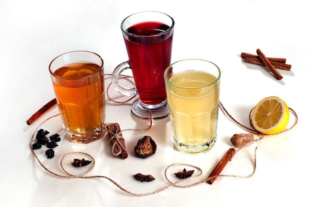 Горячие зимние напитки с лимоном и специями