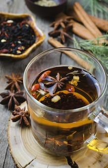 Горячий зимний чай со специями на деревянный стол