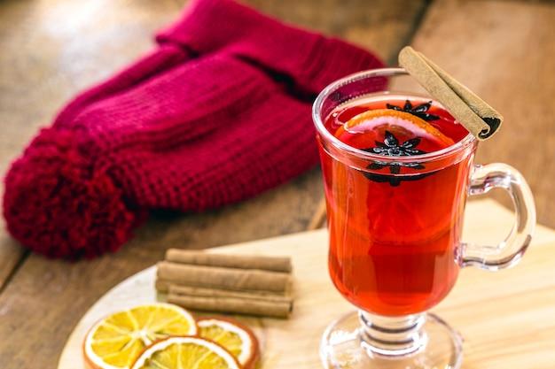 バックグラウンドでキャップ付きの暑い冬のワイン、冬の飲み物