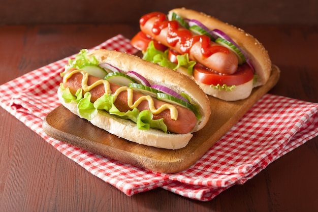 Хот-дог с кетчупом, горчицей и овощами