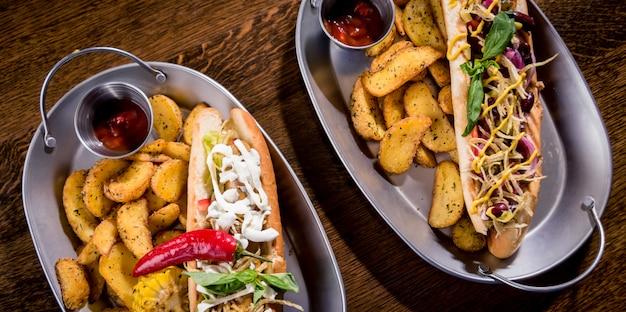 料理のホットドッグとフライドポテト。ファーストフードの食事。飲食店。