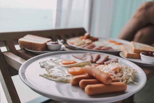 Завтрак в отеле утром подается в номер