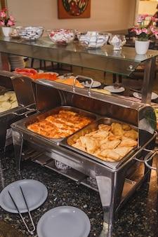 Завтрак в отеле с фруктами и банкеты