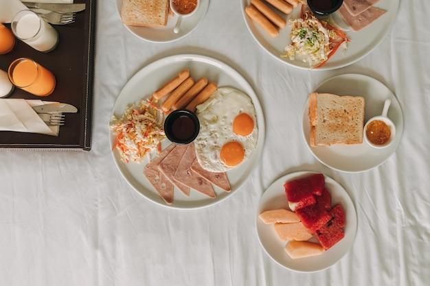 Бесплатный завтрак в отеле подается на белой кровати