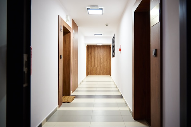 Гостиничный коридор с дверями в гостиную современный жилой комплекс