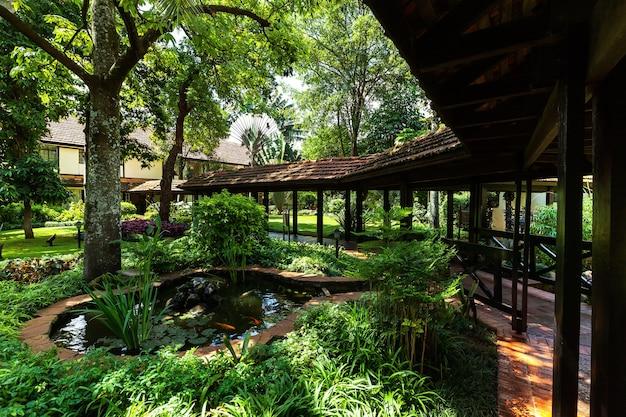 호텔, 풍경, 레저, 여행, 호수, 나무, 관목, 꽃, 다리, 물고기가 있는 연못, 금붕어