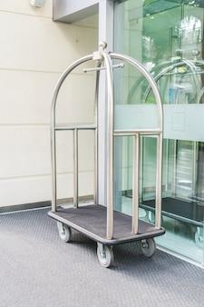 転送スーツケースのためのホテルの贅沢なトロリー。
