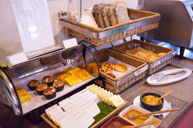 Утренняя еда в отеле, завтрак с завтраком с ассортиментом хлебобулочных изделий в корзинах с поддонами