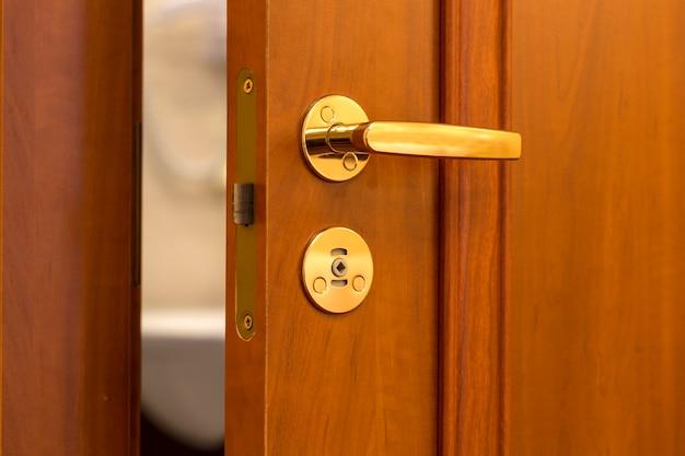 문이 열린 호텔 방 또는 아파트 출입구