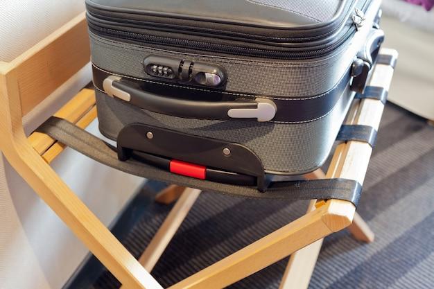 Гостиничный номер с чемоданом на месте багажа
