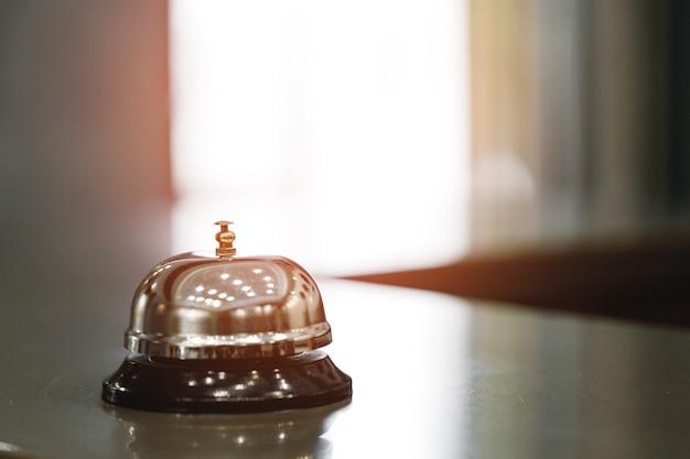 프런트 데스크 카운터에 호텔 서비스 벨을 닫습니다.