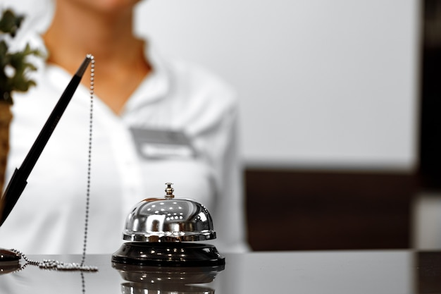 프런트 카운터의 호텔 서비스 벨
