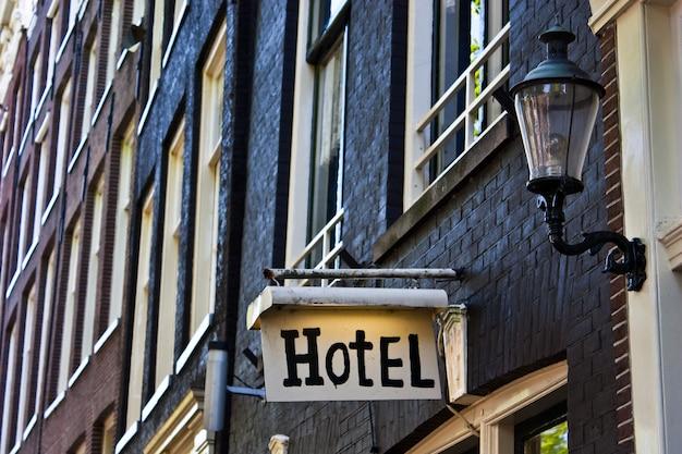 Знак отеля в амстердаме, с копией пространства