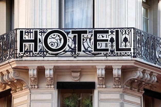 パリのホテルの入り口の看板