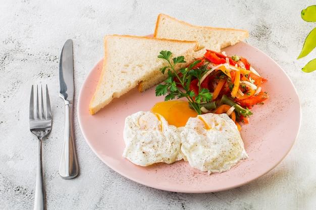 白い大理石の背景に分離された野菜とサワー種のトーストと半熟卵。手作りの料理。おいしい朝食。セレクティブフォーカス。 hotizontalの写真。