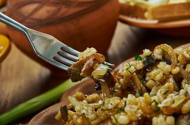 Houbovy kuba, 버섯, 보리, 캐러멜 처리된 양파, 마늘로 만들고 마조람과 캐러웨이로 양념, 체코 요리, 전통 모듬 요리, 탑 뷰.