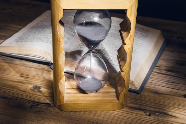 모래 시계와 테이블에 책