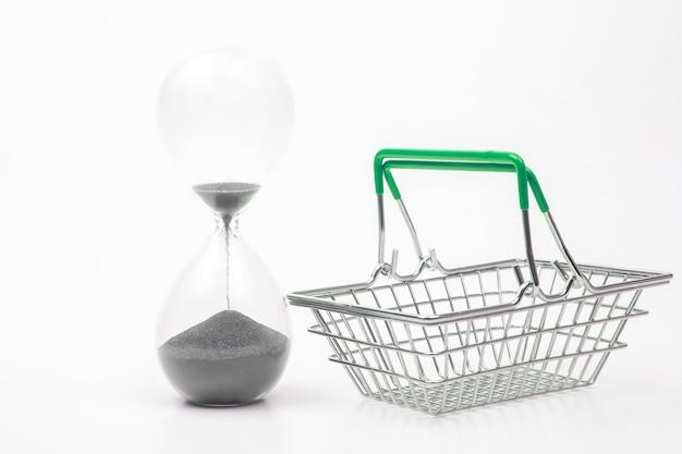 흰색 바탕에 시장 식료품에 대 한 모래 시계와 쇼핑 카트
