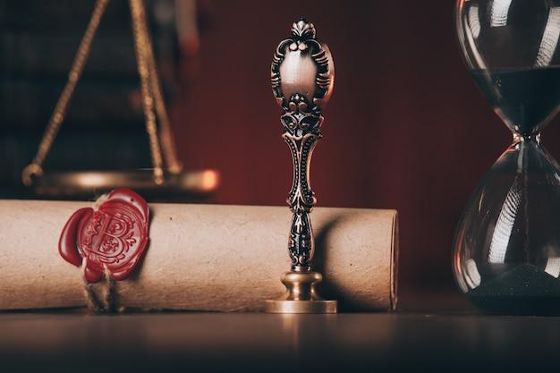 Песочные часы, старинная печать и последняя воля с печатью крупным планом