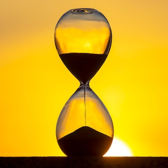 모래 시계는 저녁 태양에 대한 시간을 계산합니다.