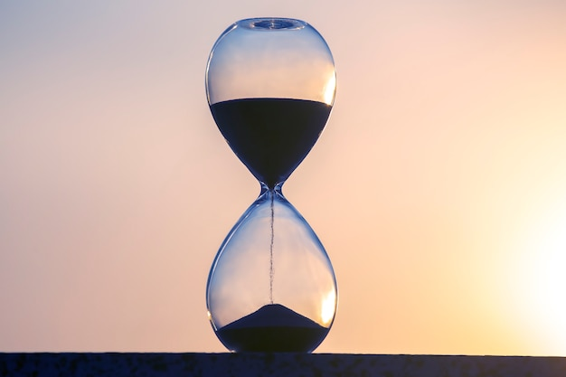 «песочные часы» отсчитывают время на фоне вечернего солнца.