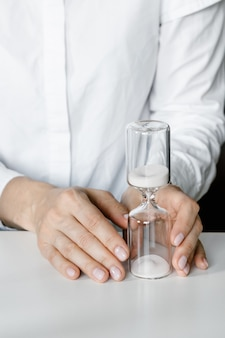 여자의 손에 모래 시계